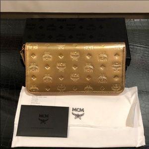 🥰New MCM Women $375 Metallic Gold Visetos Wallet